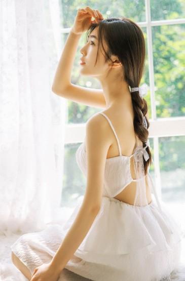 成熟御姐美女吊带裙大胆露背诱人写真