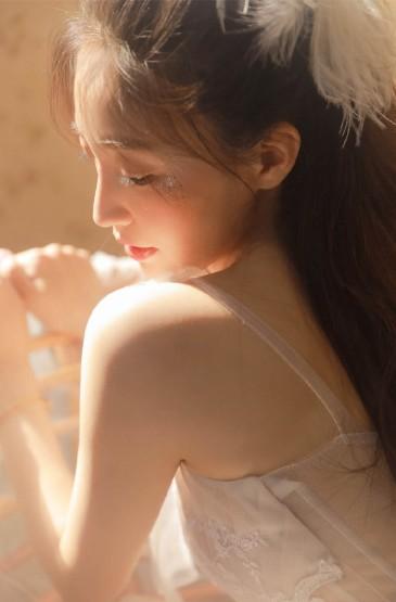 高颜值美女透视裙性感撩人写真图片