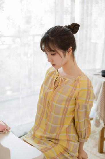 <大眼睛美女格子短裙性感美腿写真