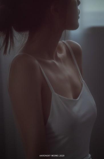 白皙美女性感露背裙养眼写真图片