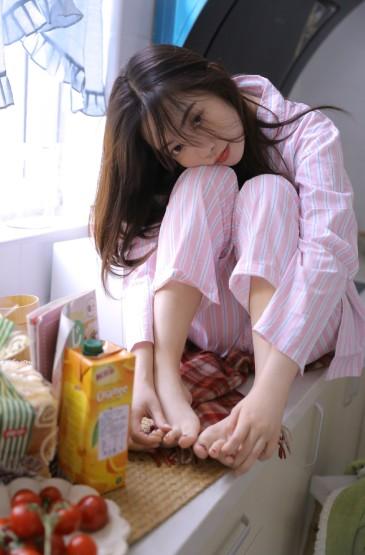 <厨房睡衣美女姿势撩人性感写真