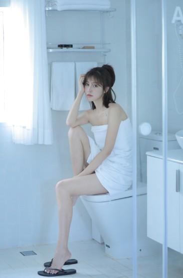 <浴巾美女白净性感私房写真