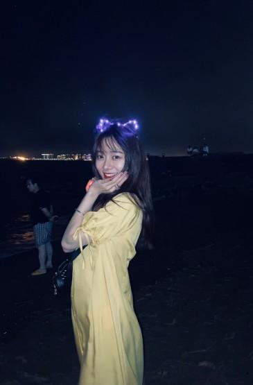 李依宸唯美海边旅拍照图