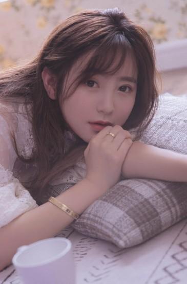 慵懒美女蕾丝裙性感迷人写真图片