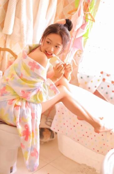 浴袍美女性感白嫩撩人写真图片