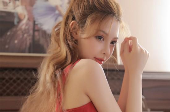 靓丽红裙美女写真图片桌