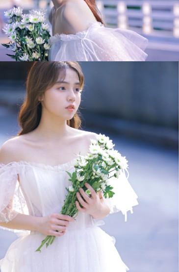 卷发美女抹胸白裙性感写真图片
