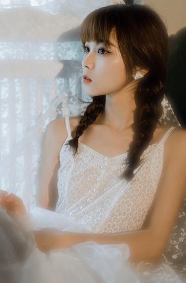 蕾丝吊带白裙美女性感迷人写真图片