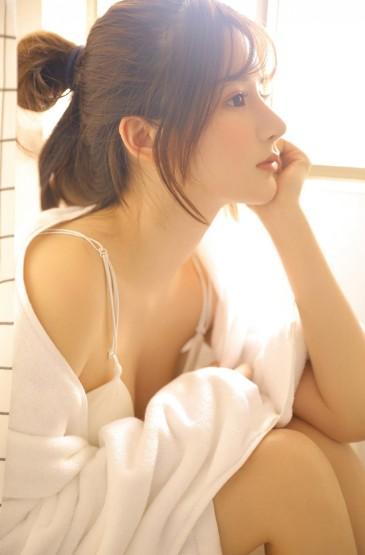 <浴袍美女性感丰满大胆撩人写真图片
