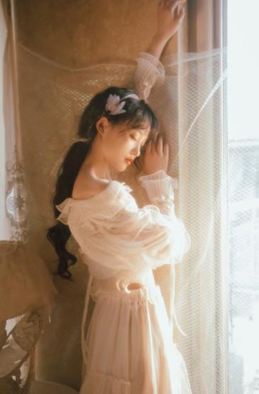 蕾丝裙美女性感香肩诱惑写真图片