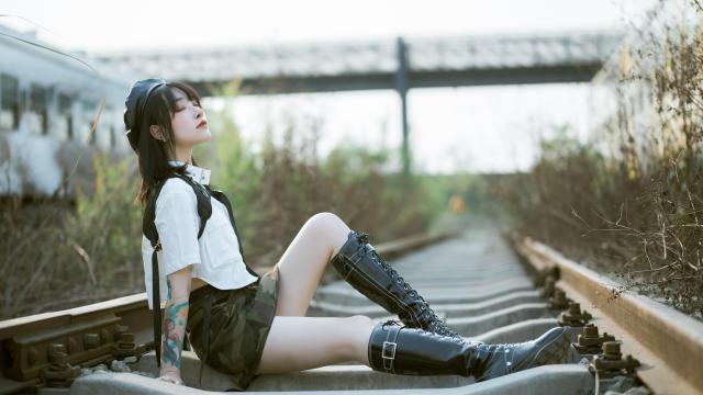 花臂叛逆少女性感超短裙美腿诱人写真