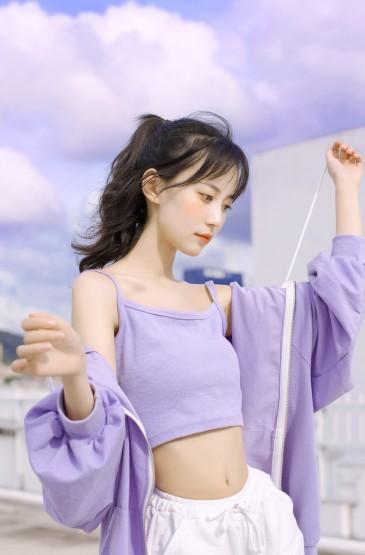 <紫色吊带美女性感纤瘦诱人写真图片
