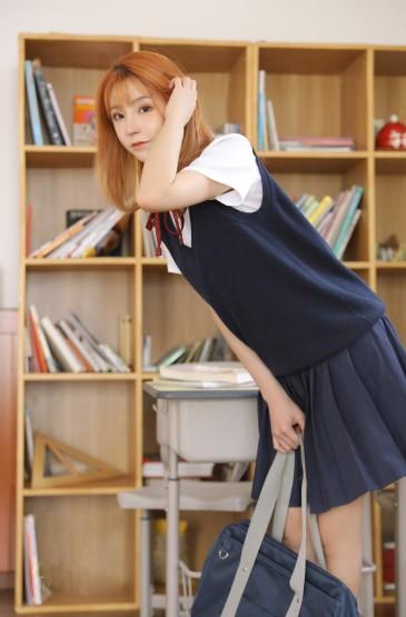 <日系美女学生妹私房制服诱惑写真