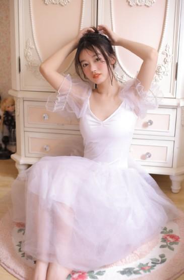 白皙美女芭蕾舞裙性感丰满写真图片