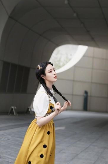 <李莎旻子吊带黄裙甜美写真图片