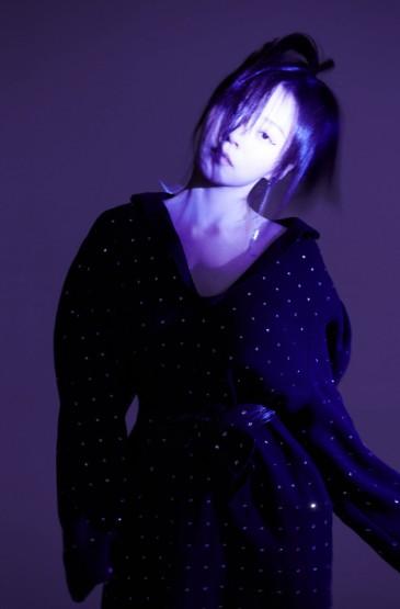 <张靓颖紫色光影梦幻写真图片