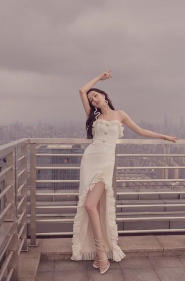 迪丽热巴白裙优雅性感写真图片