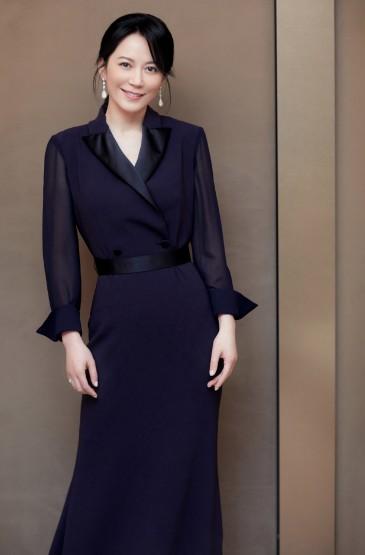 <俞飞鸿黑色西装裙优雅写真图片