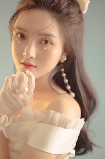<白裙美女甜美清纯白皙写真图片