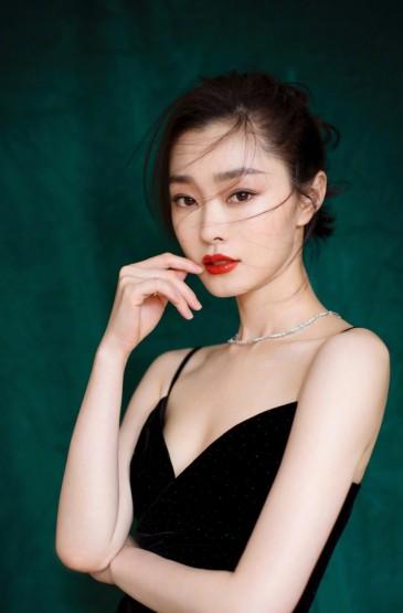 <宋轶吊带黑裙性感写真图片