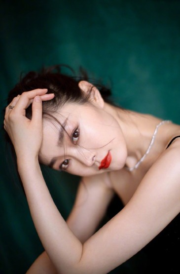 宋轶吊带黑裙性感写真手