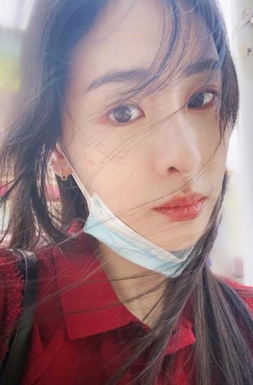 张碧晨红衣养眼自拍照图