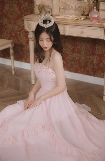 粉嫩甜美少女抹胸长裙养眼写真图片