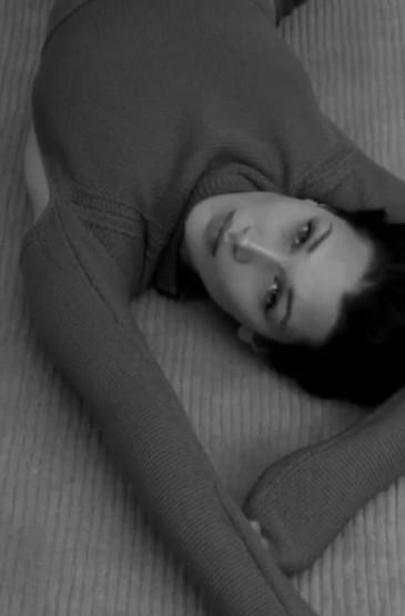 贝拉·哈迪德低胸连衣裙性感写真