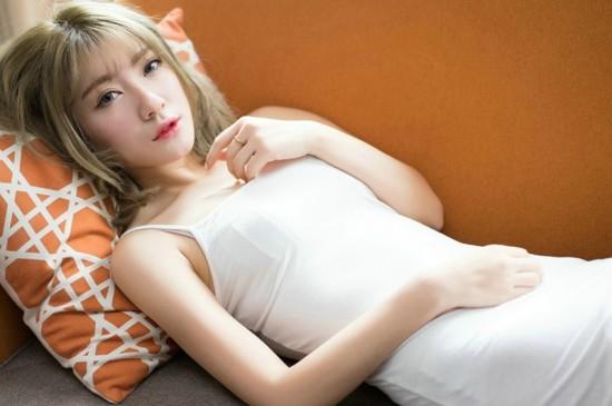 <居家慵懒风白衣美女性感写真图片