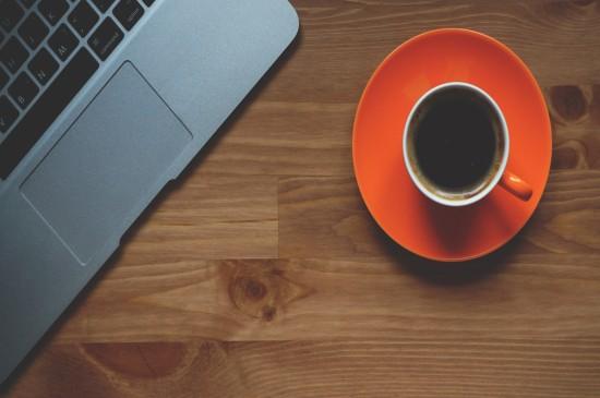 文艺清新的电脑与咖啡桌面壁纸图片