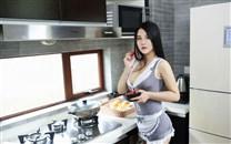 大胸美女性感女仆装厨房