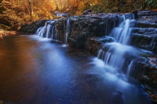 唯美的山涧溪流风景桌面