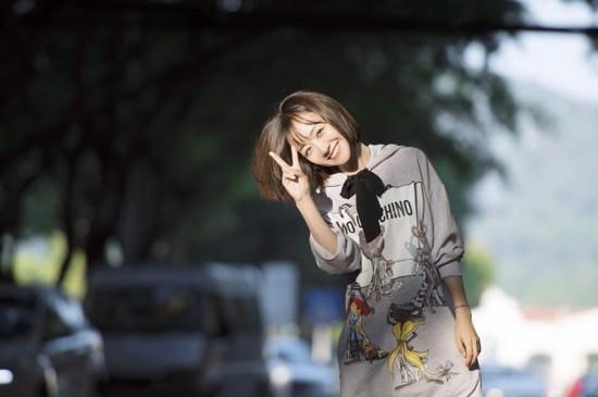 <短发美女杨蓉春日可爱街拍平板桌面壁纸