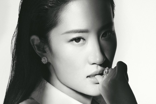 <美女明星刘亦菲杂志黑白写真图片