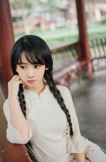 <户外可爱麻花辫长裙萝莉手机壁纸