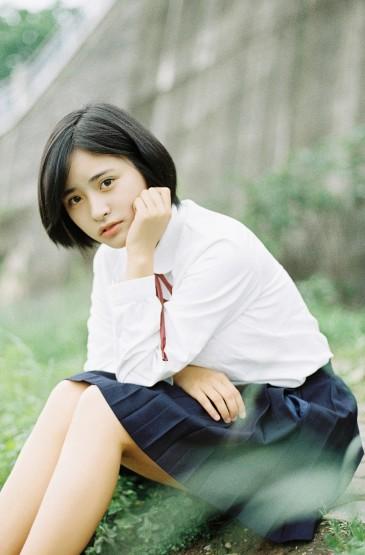 <短发清纯美女制服写真手机壁纸