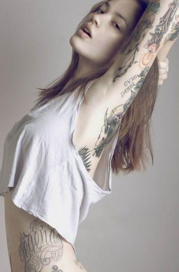 <非主流纹身美女手机壁纸