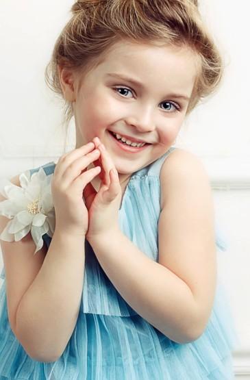 <欧美可爱小女孩高清手机壁纸