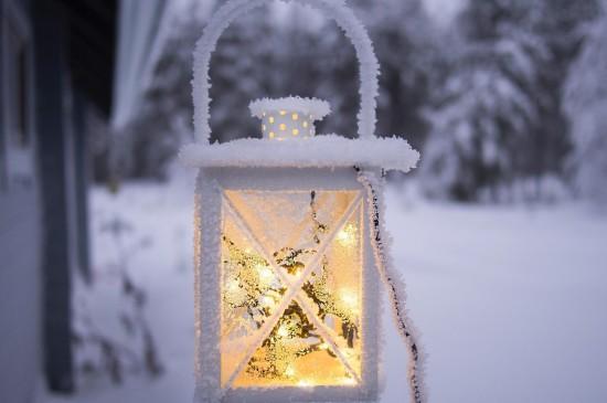 唯美雪景中温暖的灯图片