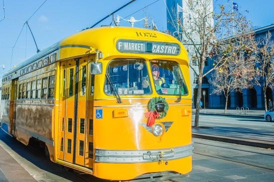欧洲冬日暖黄色巴士图片