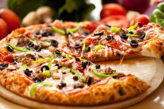 新鲜美味青椒肉丝披萨图