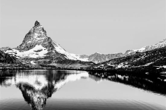高山湖泊景觀黑白圖片