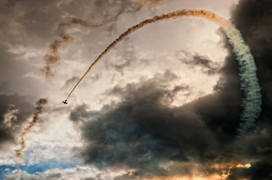 飛機略過云彩唯美圖片