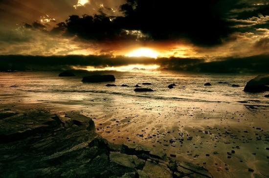乌云密布海岸线自然风光