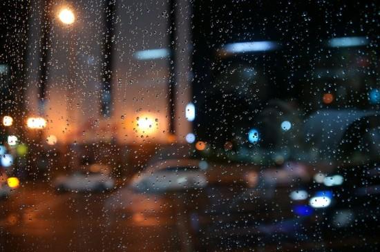 黑夜玻璃雨滴朦胧图片