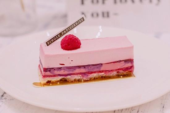 粉色诱人蛋糕美食图片