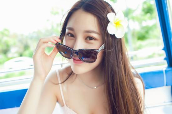 <甜美美女动物园性感低胸白裙写真壁纸