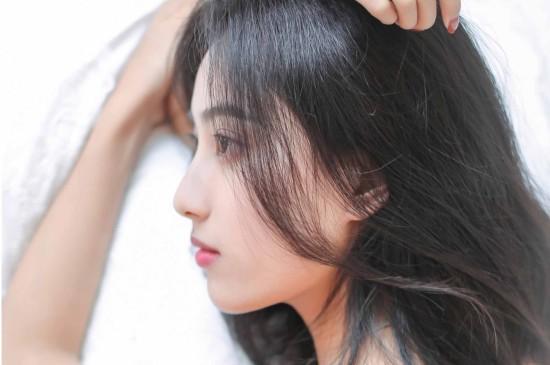 <白皙皮肤清纯性感美女床上写真电脑壁纸