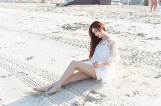<白色长裙气质美女海边写真桌面壁纸