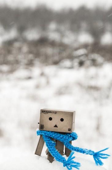 <雪地中的纸盒人阿楞可爱图片手机壁纸